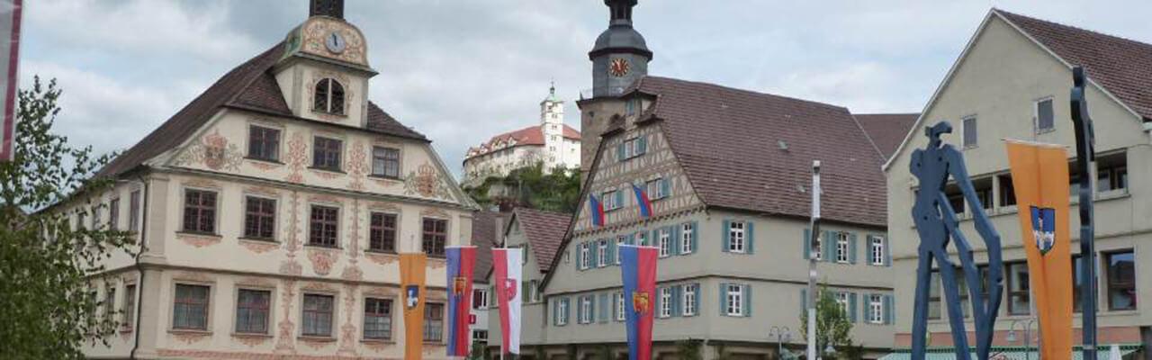 Marktplatz mit Fahnen